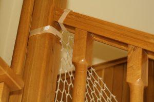 Montaż siatki na schody – narożnik widok z zewnątrz