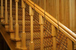 Montaż siatki na schody – oplot z gumy na poręczy