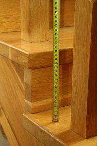 Montaż siatki na schody – pomiar wysokości barierki