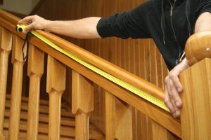 Montaż siatki na schody – pomiar szerokości siatki