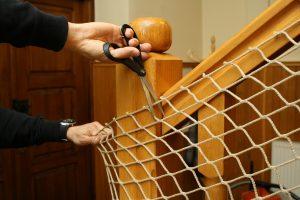 Montaż siatki na schody – ucinanie nadmiaru