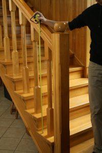 Montaż siatki na schody – pomiar wysokości