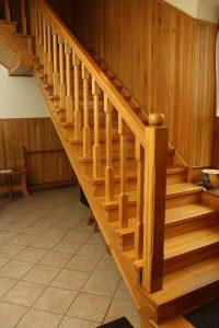 Schody z balustradą drewnianą