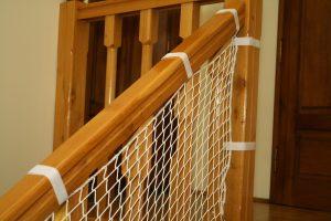 Siatka na schody biała z oplotem – montaż