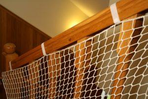 Siatka na schody biała wzmocniona oplotem – montaż z zaczepami