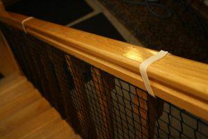 Siatka na schody czarna – opaska rzep na poręcz