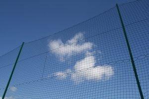 Wysokie ogrodzenie boiska